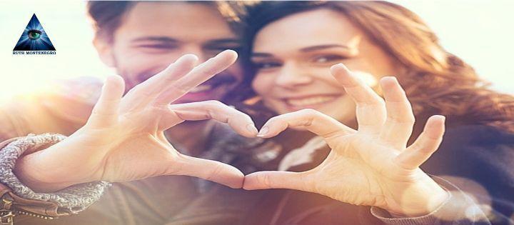 Una pareja dibujando un corazón con las manos