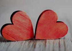 Dos corazones rojos de madera