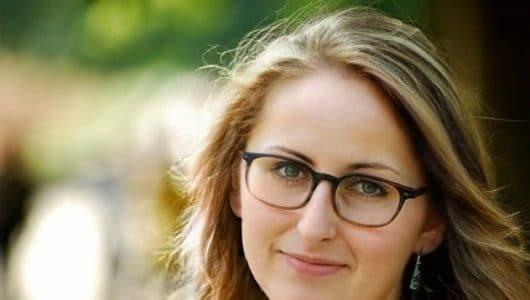 Rostro con gafas de Teresa reyes